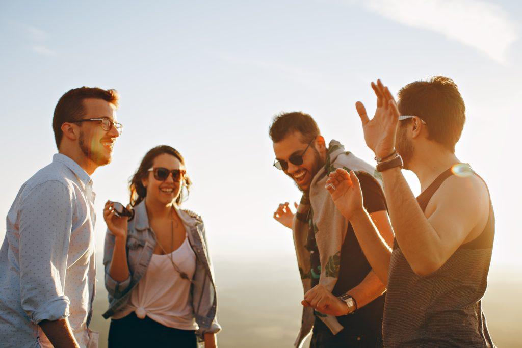 Abbildung zeigt lachende Outdoor Begeisterte unterwegs