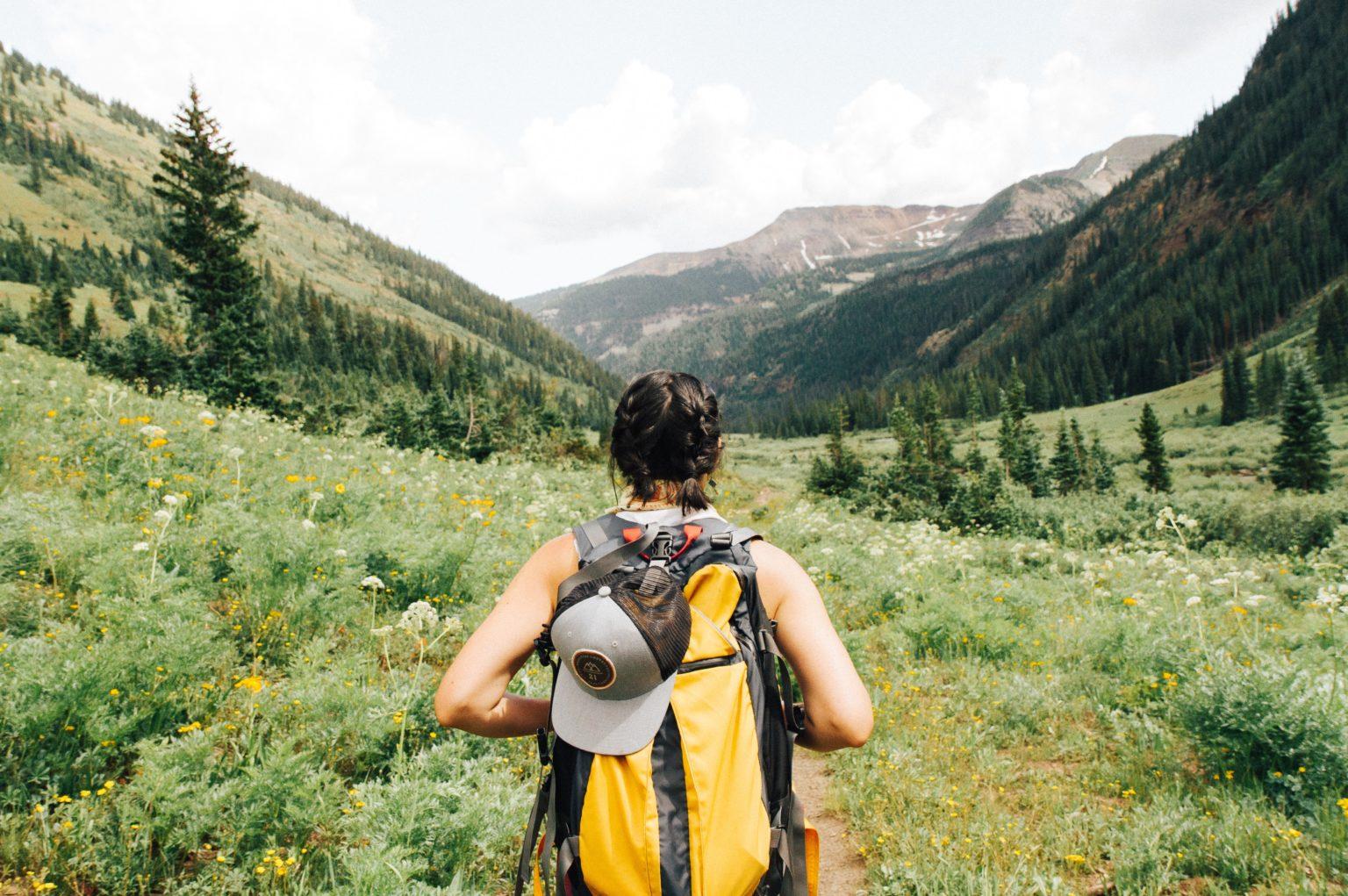 Abbildung zeigt Backpacker unterwegs mit RUcksack und Outdoor Equipment