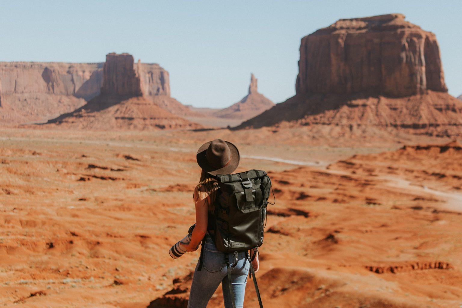 Abbildung zeigt Wanderer mit Rucksack Backpacking