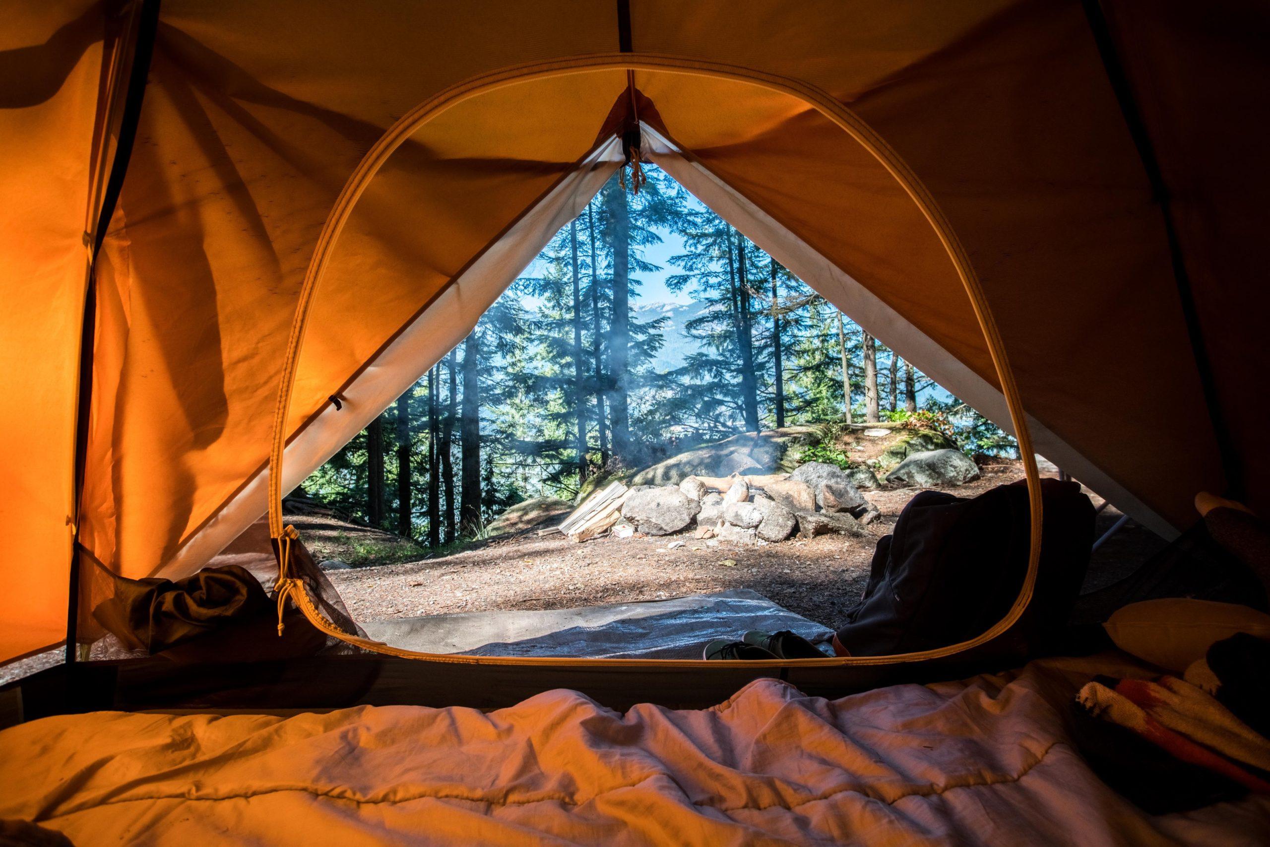 Abbildung zeigt Zelt mit Hüttenschlafsack aus Baumwolle beim Backpacking